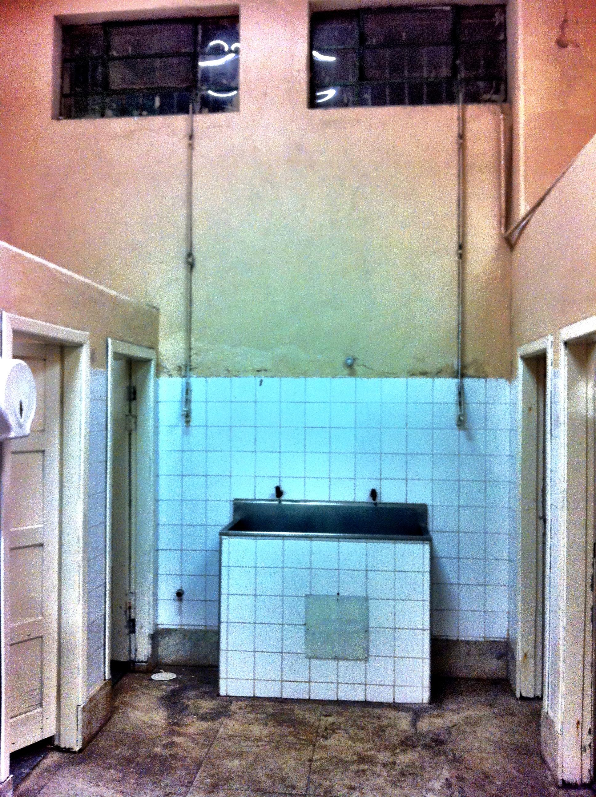 Banheiro feminino do setor de visitantes: rervado aos homens dia 09/10 #248AA7 1936 2592