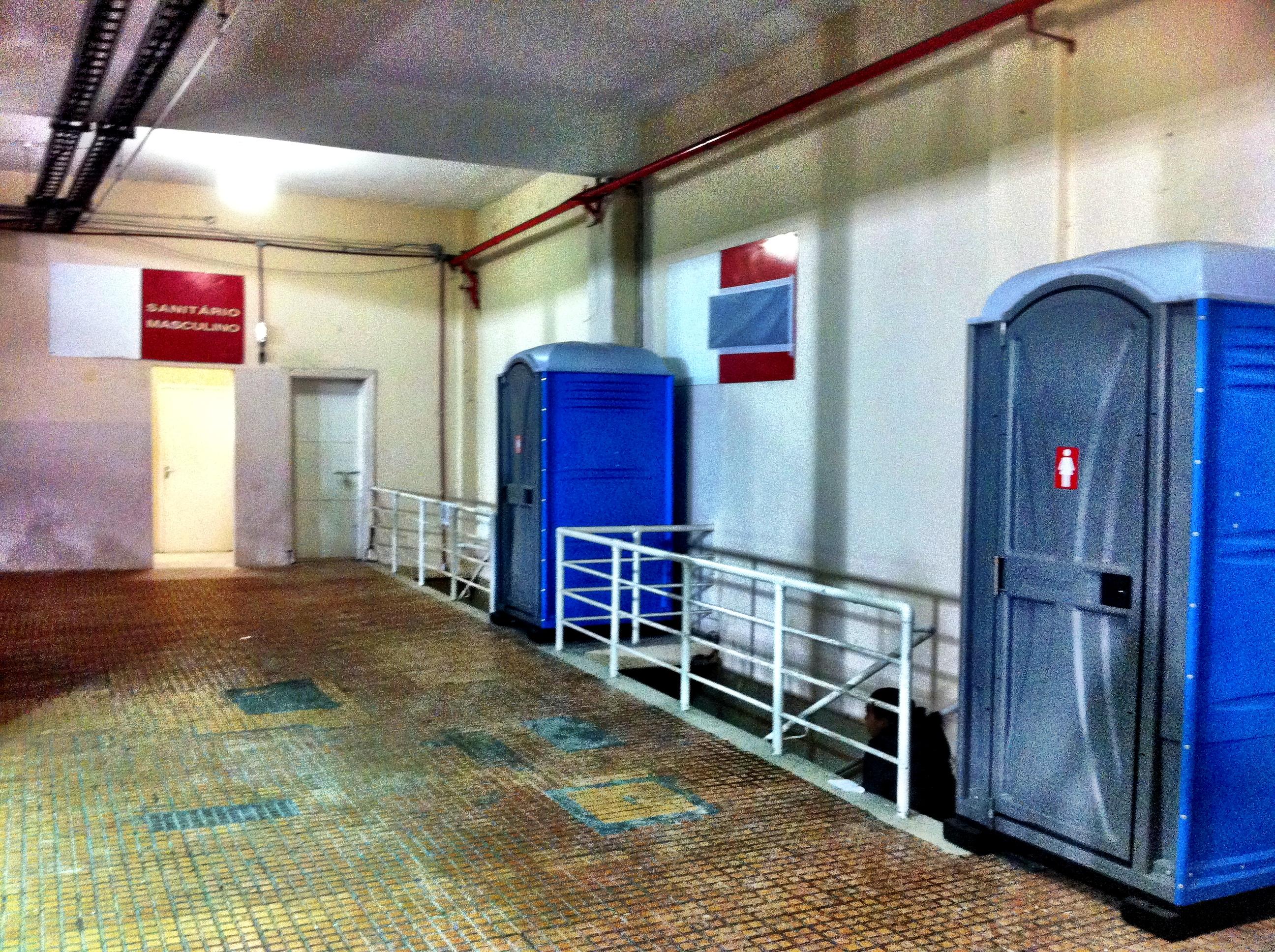 Banheiros químicos das mulheres no setor de visitantes no jogo  #023BC5 2592 1936