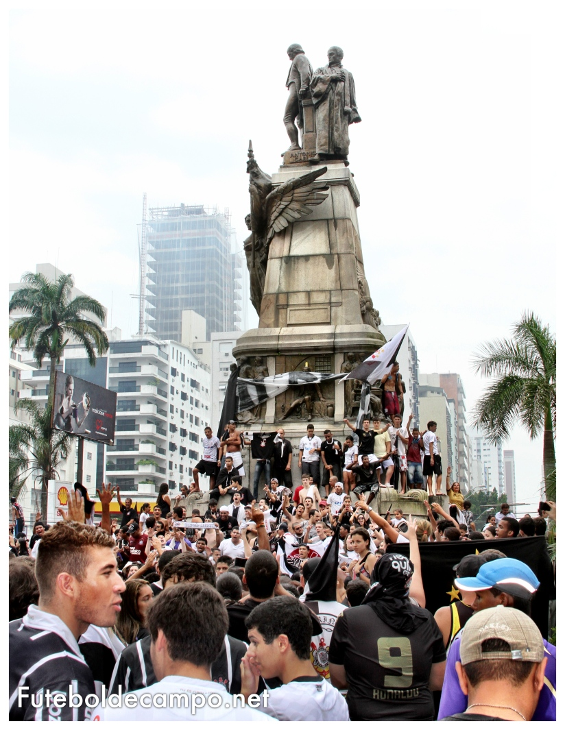 festa da torcida do corinthians na praça da independência santos