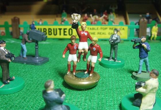 Booby Moore ergue a taça da conquista inglesa da Copa de 66