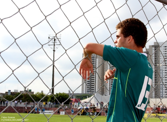 Zagueiro Yago acompanha o jogo após ter sido expulso